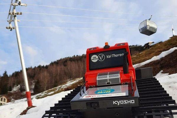 La station de Val-Thorens a offert à Antoine Colin une dameuse miniature pour sa station de ski