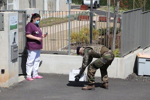 Engagés dans l'opération Résilience, des militaires assurent la livraison de masques et matériel de protection dans les EPHAD de la région Auvergne-Rhône-Alpes. Issoire (63), avril 2020