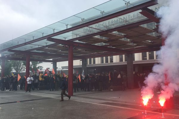 Alors que la grève à la SNCF en est à son 18eme jour, lundi 14 mai, les forces de l'ordre sont intervenues en gare de Clermont-Ferrand afin d'évacuer des manifestants qui se trouvaient sur les voies.