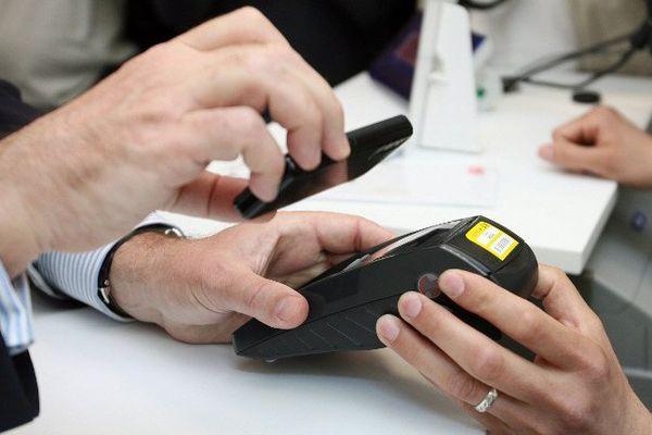 Payer ses achats avec son téléphone portable, une habitude que va prendre de plus en plus le consommateur.
