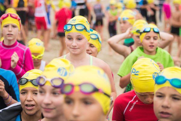 Les jeunes triathtlètes âgés de 8 à 15 ans, les pas de leurs aînés, lors de l'édition 2018