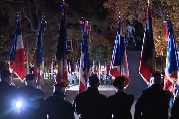 Les porte-drapeaux entourent le monument des héros de l'Armée noire - Parc de Champagne - Reims