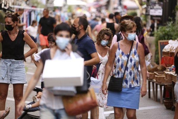 Malgré la reprise de l'épidémie sur l'île, la saison touristiques bas son plein. Les touristes sont comme ici dans la rue Fesh à Ajaccio