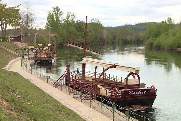 Des Gabarres à quai pendant les vacances de Pâques, spectacle inhabituel sur la Dordogne cette année