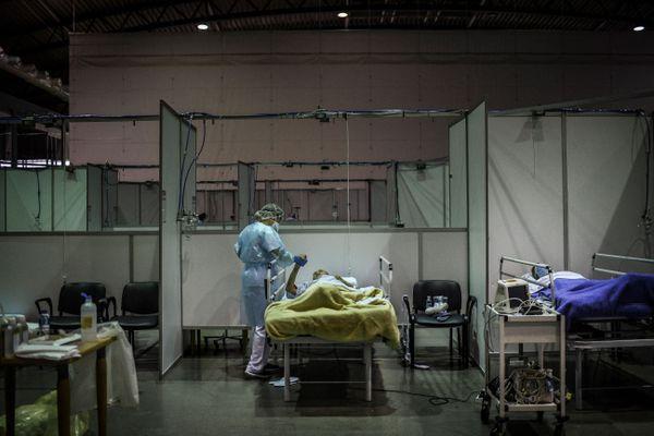 Patient Covid au pavillon sportif de Portimao Arena, converti en hôpital de campagne pour patients Covid-19 à Portimao, dans la région de l'Algarve au Portugal, le 9 février 2021