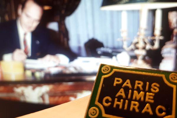 """Un pin's """"Paris aime Chirac"""" fabriqué pendant l'une des campagnes municipales de Jacques Chirac."""