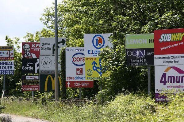 Publicité : limitation des panneaux autour des communes de moins de 10 0000 habitants