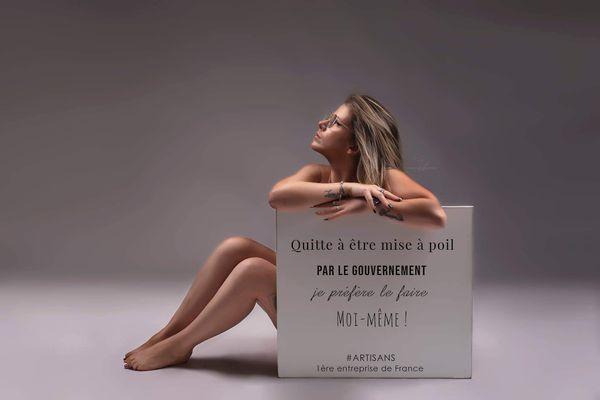 Gwendoline Talbourdel, photographe en Loire-Atlantique pose nue devant l'objectif pendant le reconfinement