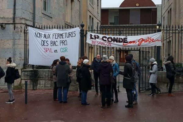 Une vingtaine d'enseignants est en grève, ce mardi matin, au lycée professionnel Condé.