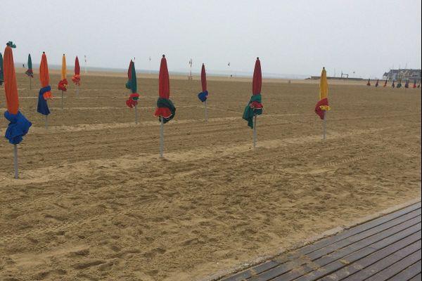 """Horizon bouché, planches glissantes, parasols noués sur sable mouillé : """"on doit être hors-saison"""" (F. Cabrel)"""
