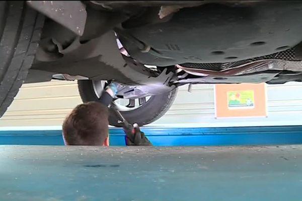 La voiture d'un particulier passe au contrôle technique.