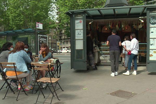 """Le food kiosque """"La petite syrienne"""" peut accueillir des clients en terrasse."""