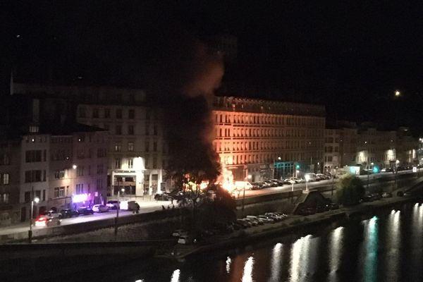 Peu après 1h du matin cette nuit du 14 juillet, plusieurs véhicules ont été incendiés sur le quai Pierre Scize à Lyon.