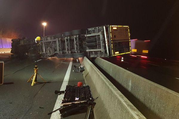 Un camion a traversé le terre-plein de l'autoroute A6 à hauteur de la Chapelle de Guinchay, en Saône-et-Loire.