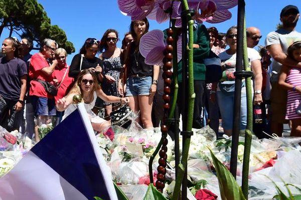 Des personnes se recueillent près de la promenade des Anglais, à Nice, le 15 juillet 2016.