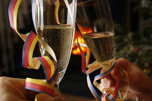 C'est une commande de champagne qui a trahi le jeune couple qui appréciait la vie de palace.
