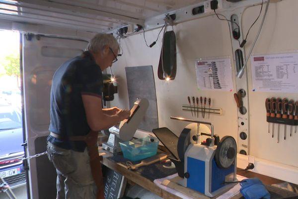 Olivier Lanvin a installé son atelier dans une camionnette autonome en énergie.