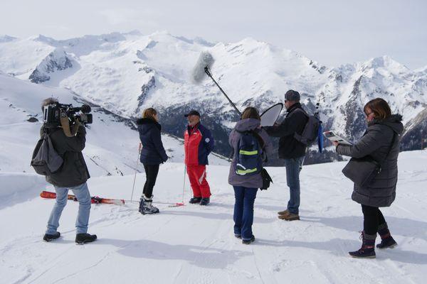 Equipe de tournage à la station de Guzet en Ariège