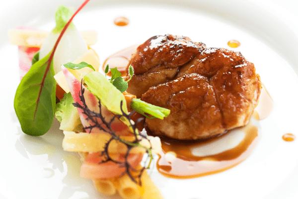 Parmi les plats gastronomiques, proposés à La Gouesnière; du ris de veau laqué