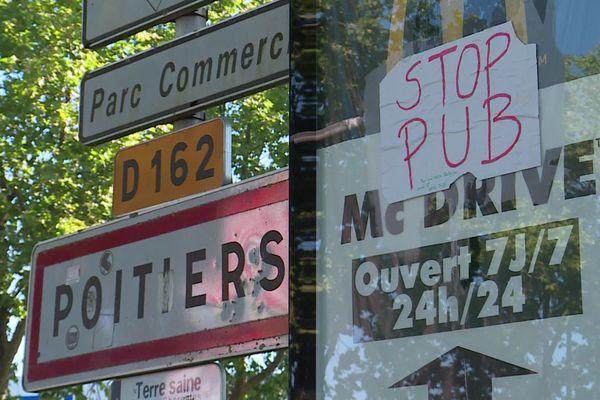 """Opération de recouvrement par """"Action Non-Violente COP21"""" et """"Extinction Rebellion"""" à Poitiers."""