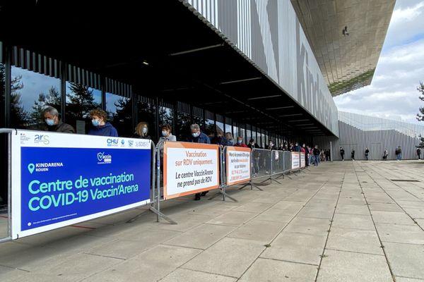 """File d'attente au centre de vaccination de Rouen au """"Kindarena"""" en mai 2021 (Archive)"""