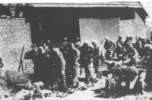 Les SS avec leurs prisonniers britanniques juste avant le massacre.