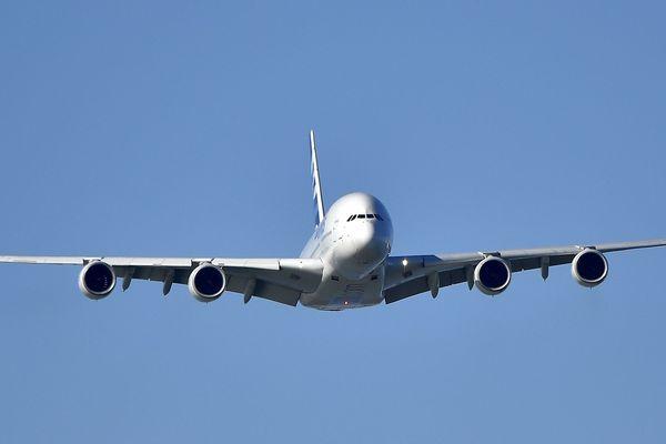 15 ans après son 1er vol le géant des airs A-380 est définitivement cloué au sol par la compagnie Air France.