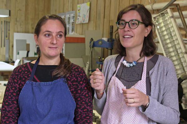 Hélène Merlet-Oumanni et Lucille Vautherin, restauratrices de documents anciens