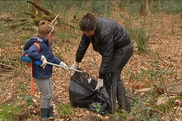 Des bénévoles ont rempli 10 sacs de détritus en 2 heures à l'occasion d'une sortie nettoyage en forêt du Gâvre (44) ce dimanche 19 mars 2017.