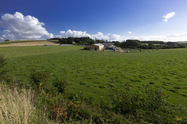 Un bâtiment agricole dans la campagne bretonne