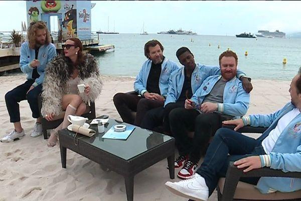 """L'équipe du film """"Les Crevettes pailletées"""" sur la plage du Carlton ce vendredi 24 mai à Cannes."""