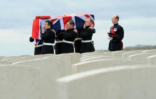 La dépouille d'un soldat britannique de la Première Guerre Mondiale inhumée dans un cimetière militaire d'Ecoust-Saint-Mein en 2009.