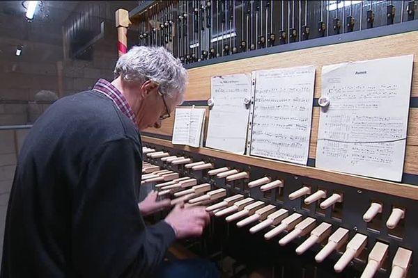 Le carillonneur en pleine action dans la cathédrale de Rouen (Seine-Maritime).