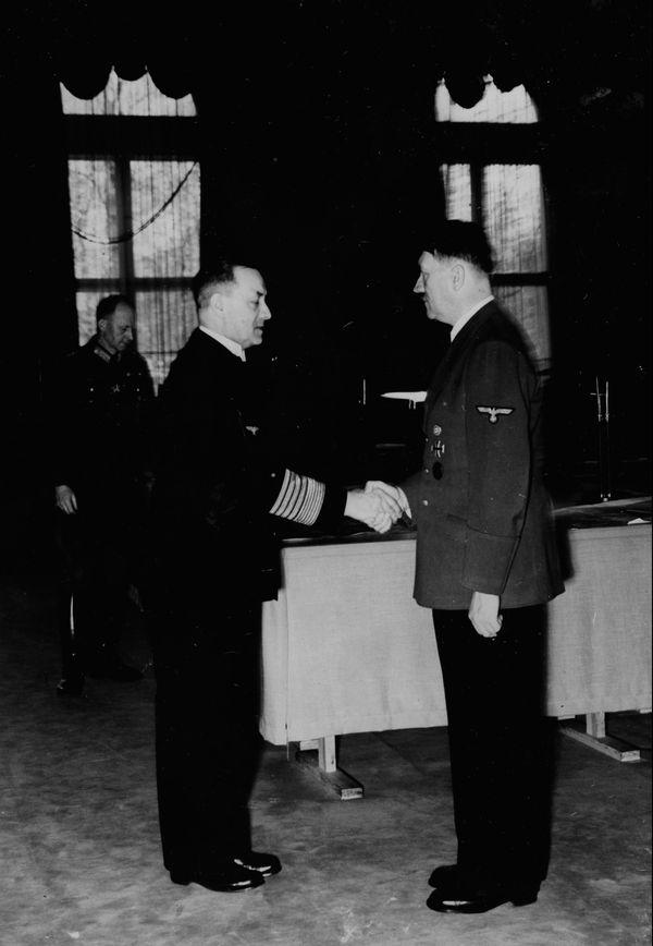 Erich Raeder, commandant de la Kriegsmarine, rencontrant Adolf Hitler le 20 avril 1940.