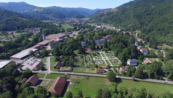Avec son château, ses jardins, sa ferme et ses belles usines, le parc de Wesserling rayonne sur trois siècles d'histoire industrielle de la vallée de Saint-Amarin. Il s'étend sur 41 hectares.