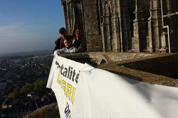 Quatre pères et une mère perchés ce lundi sur la cathédrale de Chartres.