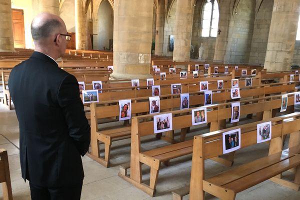 Pour remercier ses paroissiens et continuer à communier avec eux malgré le confinement, l'abbé François Pinon a affiché leurs visages sur les bancs de son église à Carignan dans les Ardennes