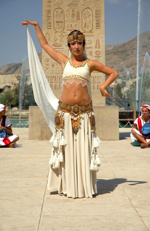 Jeune danseuse égyptienne en représentation accompagnée de musiciens
