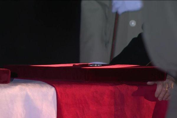 Remise des insignes de la légion d'honneur aux deux militaires à titre posthume