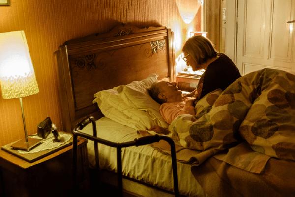 """Béatrice réveille délicatement Mme Romaldi. """"bien dormi? """" Des échanges tendres vont l'accompagner pour la sortie du lit. Il est 7h"""