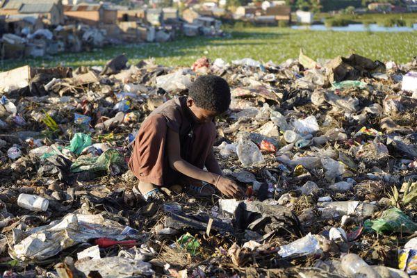 Un enfant fouille dans une décharge à Madagascar.