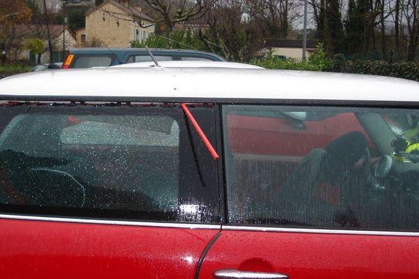 La balle a traversé la voiture à l'arrière.
