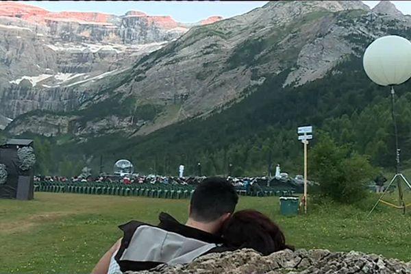 Chaque année des milliers de visiteurs grimpent jusqu'au plateau de la Courade pour assister au spectacle de nuit.