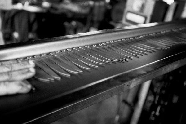 Thiers (Puy-de-Dôme) - un coutelier prépare des lames de couteaux pour le traitement thermique. Thiers est la capitale du couteau en France. Jérôme Domingo s'y est formé.