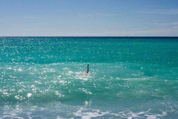 La météo estivale et l'eau turquoise de la mer Méditerranée ne doivent pas faire oublier les consignes de prudence.