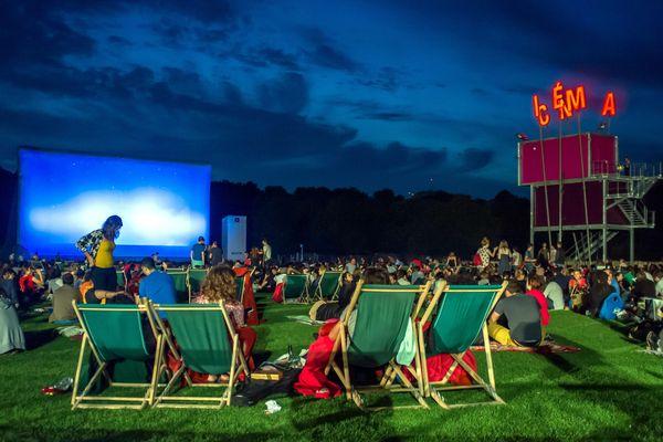 Une séance de cinéma en plein air sur la prairie du triangle au Parc de la Villette à Paris. (Illustration)