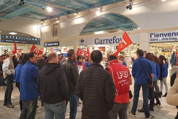 Suite à un appel national, les salariés des magasins Carrefour sont en grève le 31 mars 2018. Carrefour de Riom (Puy-de-Dôme) sur la photo.