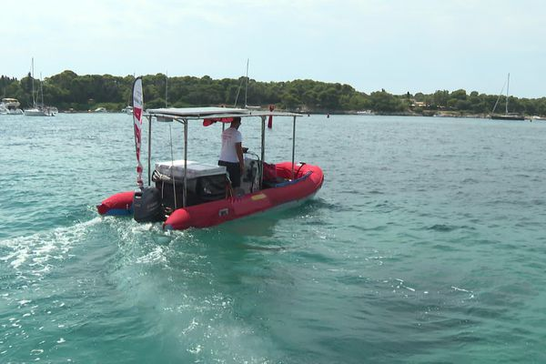 Grâce à l'annexe du catamaran, les pizzas des clients sont livrées directement à leur bateau.