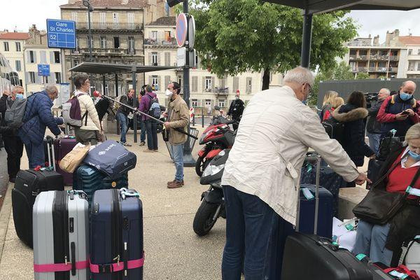 Des passagers du navire de croisière en attente à la gare Saint-Charles, à Marseille.