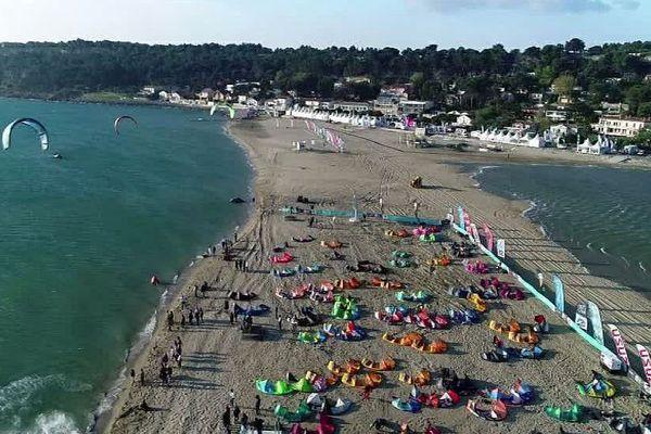 Leucate (Aude) - début de la 22e édition du Mondial du vent sur la plage de La Franqui - avril 2018.
